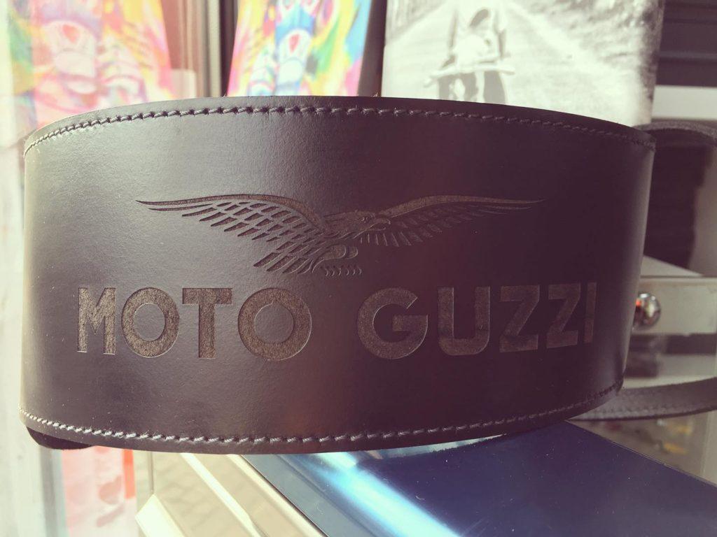 Incisione su fascione in pelle serbatoio Moto Guzzi