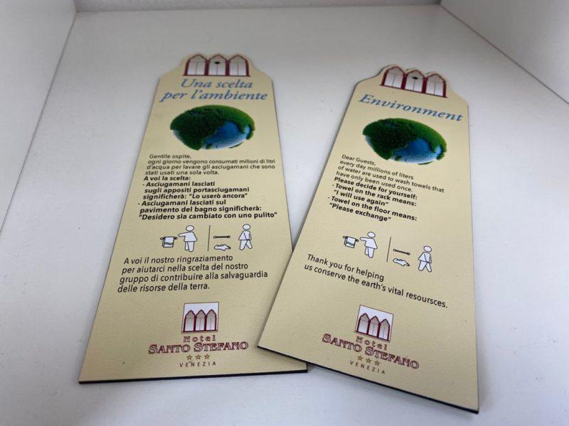 Per alberghi, informazioni per asciugamani realizzati in laminato plastico intagliato al laser e personalizzazione adesiva bifacciale.